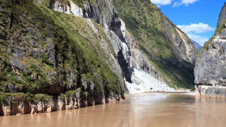 yangtze river at tiger leaping gorge