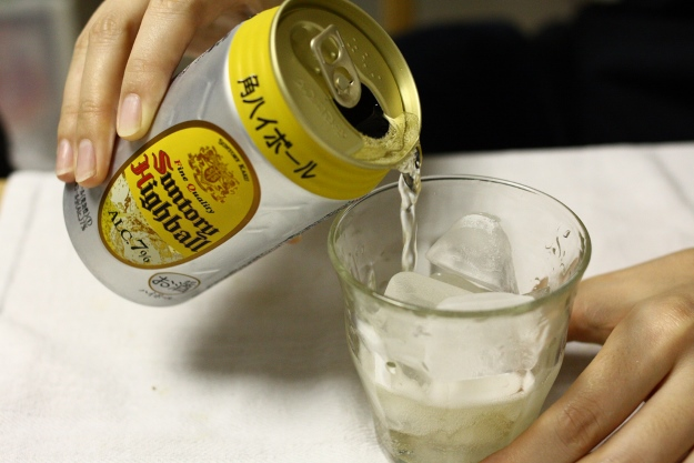 Pouring a can of Suntory Highball