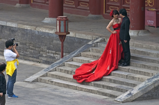 Bride and groom posing for pictures at the Temple of Heaven