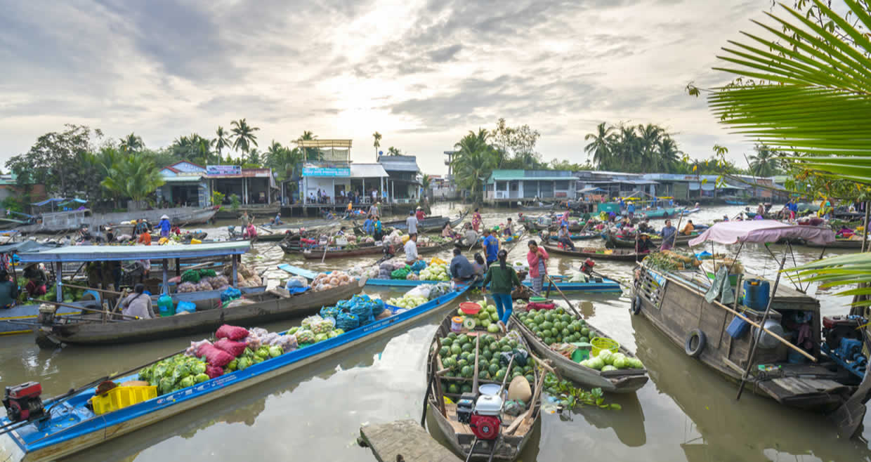 Floating markets and parade of sampans